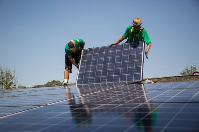 SolarCity Corp. employees install solar panels on the roof of a home in Kendall Park, New Jersey, U.S., on Tuesday, July 28, 2015. (Michael Nagle/Bloomberg)